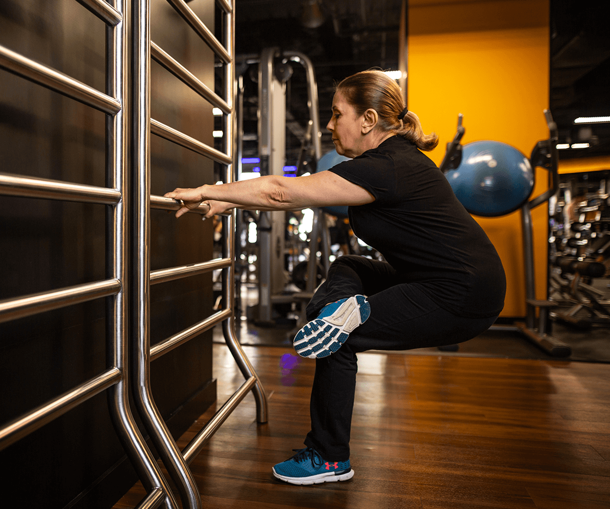 ¿Por qué es importante calentar antes de una rutina en el gimnasio?