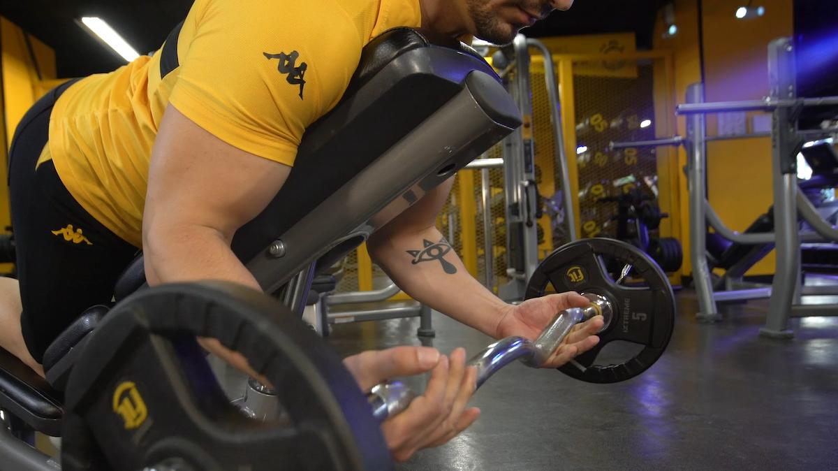 3 ejercicios con barra que no pueden faltar en tu rutina de brazo