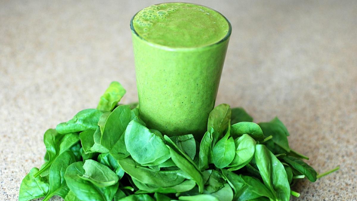 Dieta fitness: Consume más espinacas con los jugos verdes